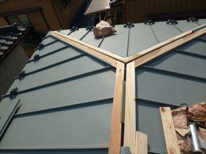 東京都江戸川区 H様邸 ガルバリウム鋼板タテ平葺き 屋根葺き替え工事 棟下地完了