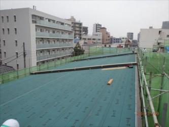 東京都北区赤羽 保育園 新築ガルバリウム鋼板屋根タテ平葺き工事 ガルバリウム屋根材荷揚げ風景