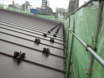 東京都北区赤羽 保育園 新築ガルバリウム鋼板屋根タテ平葺き工事 雪止め取付