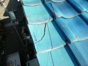 東京都江戸川区 S様邸 ガルバリウム鋼板タテ平葺き(シージングボード下地)屋根葺き替え工事 施工前・瓦亀裂